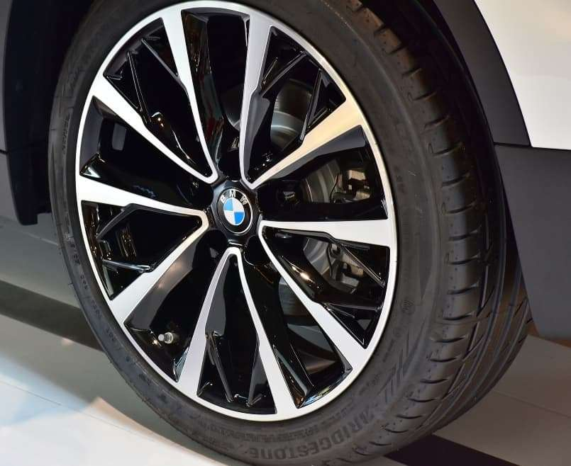 Avoid Accidents and Keep Average Car Insurance Rates Low by Reading Your Tires